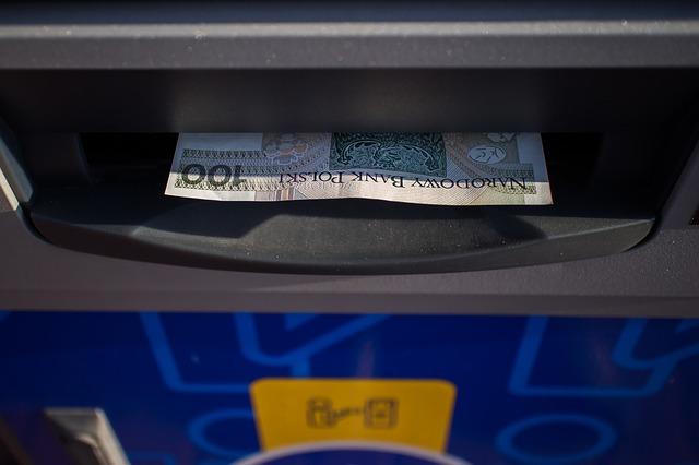 jak wpłacić pieniądze na konto w banku