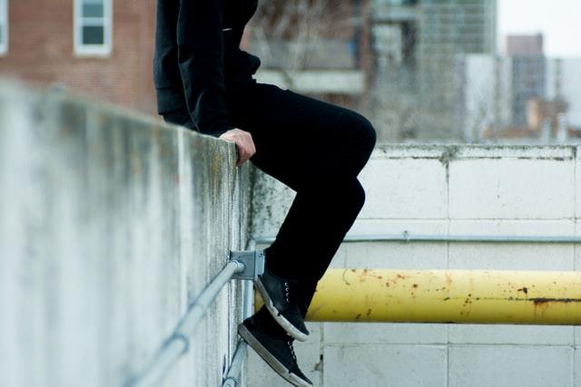 Chłopak siedzący na murku