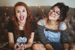 Siedzące na kanapie nastolatki