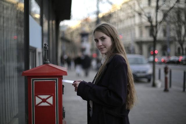 Kobieta wysyłająca list