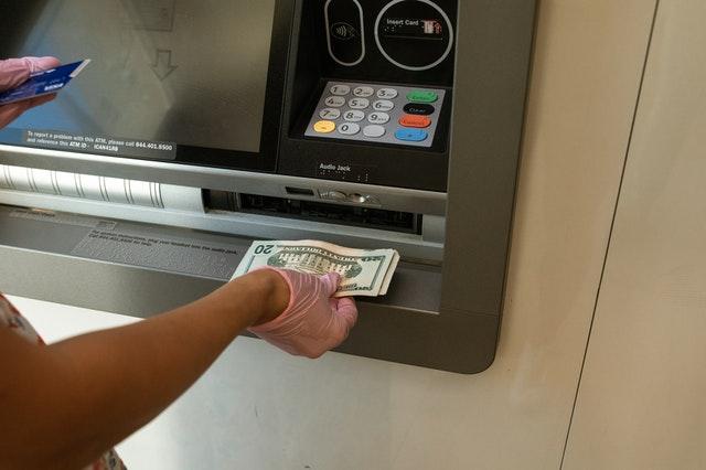 Wpłata gotówki do wpłatomatu