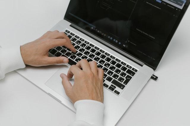 dłonie położone na laptopie