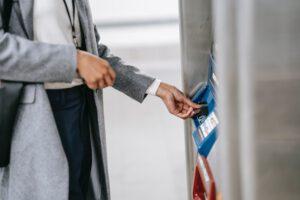 kobieta-wyplaca-pieniadze-z-bankomatu