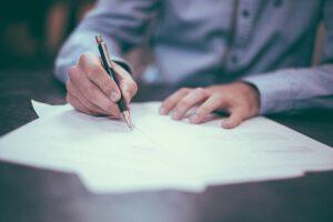 podpisywanie dokumentow na biurku
