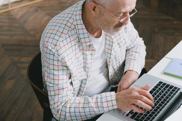 senior przed laptopem
