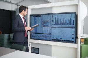 mężczyzna sprawdzający dane