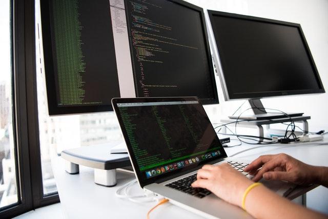 programista koduje